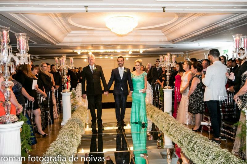 tnLeonardo-segue-ao-altar-na-companhia-de-seus-pais-Denis-Artur-e-Sueli